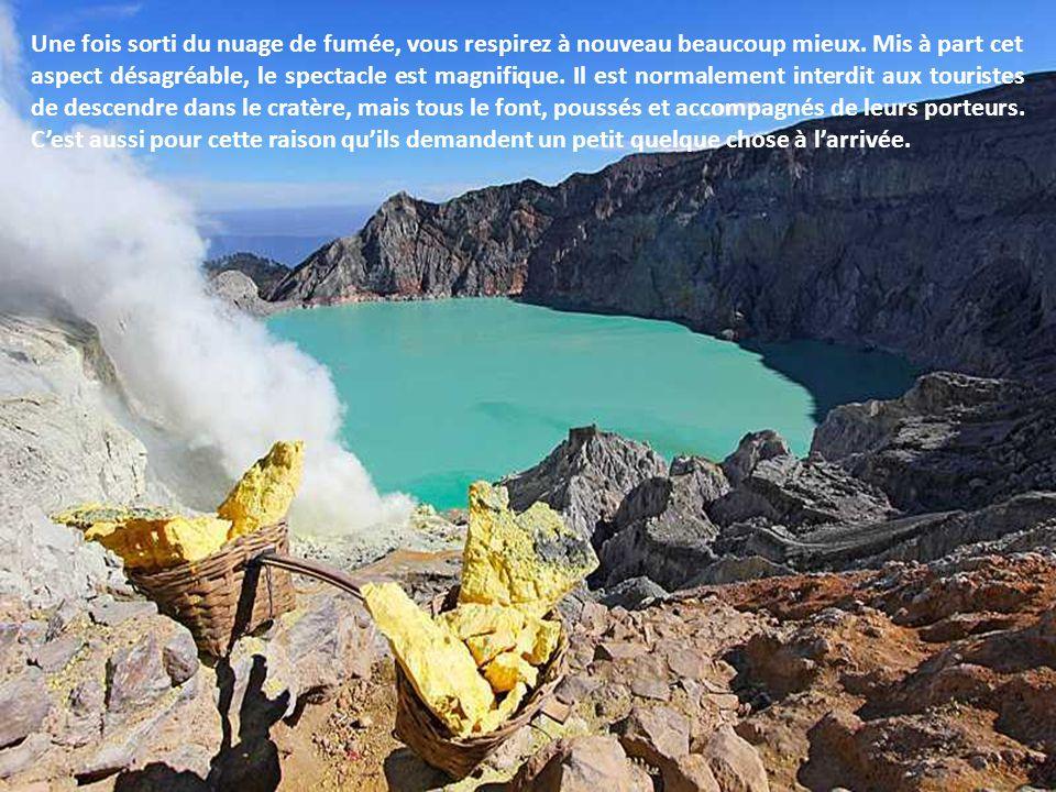 Lintérieur du volcan : un cratère gris, avec au milieu un lac cyan et des fumées jaunes. Selon lorientation du vent, on sent une odeur dœuf pourri. Mi