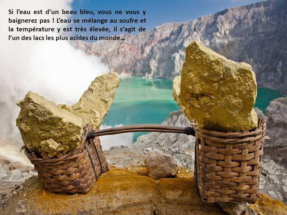 Partout, des traces jaunes demeurent sur les pierres. Tout en bas du cratère, près du lac, de gigantesques tuyaux ont été installés pour acheminer le