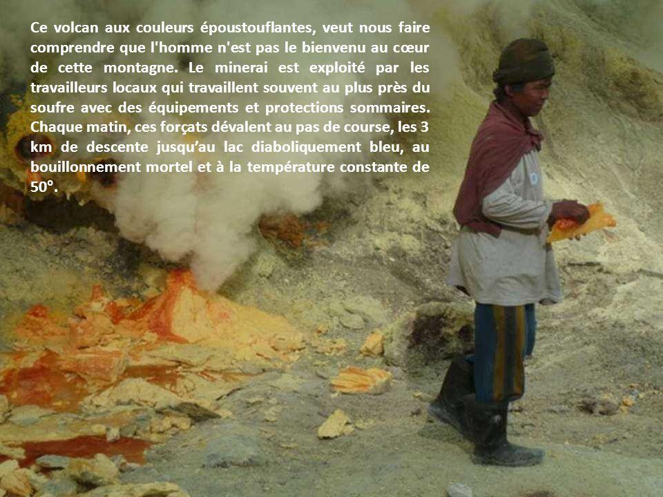Le Kawah Ijen, sur lîle de Java, est la principale zone d'extraction du soufre d'Indonésie. Le dépôt de cette substance jaunâtre se situe à l'intérieu