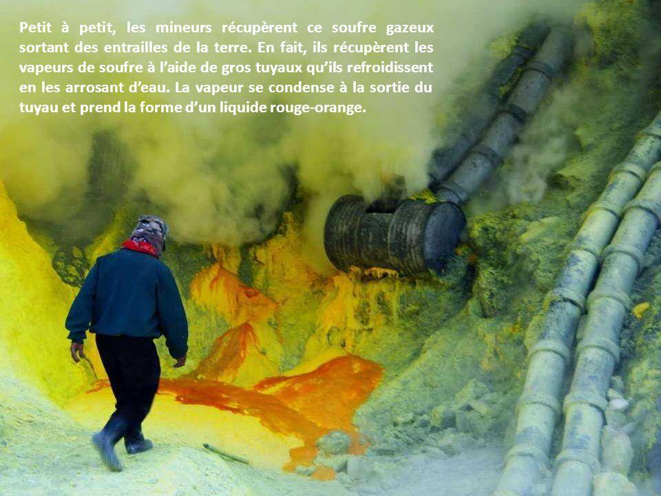 Ce volcan aux couleurs époustouflantes, veut nous faire comprendre que l'homme n'est pas le bienvenu au cœur de cette montagne. Le minerai est exploit