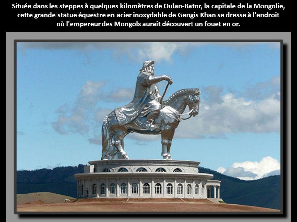 Cette statue de Pierre le Grand à Moscou, montrant le grand souverain sur un navire voguant sur la Moskova. La légende dit qu'elle aurait été conçue p
