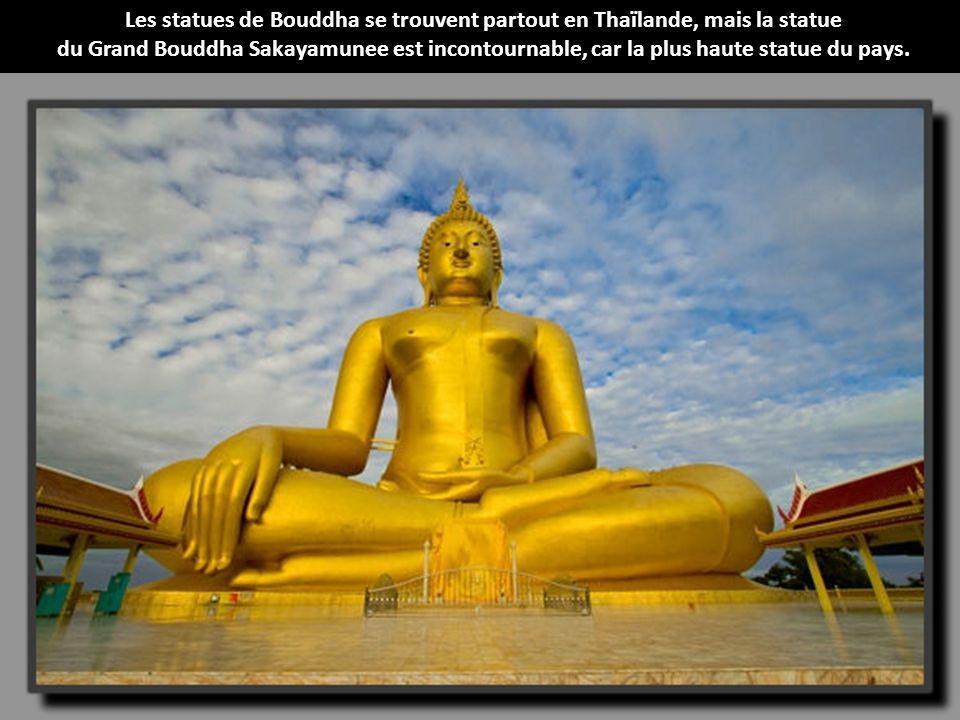 Située dans les steppes à quelques kilomètres de Oulan-Bator, la capitale de la Mongolie, cette grande statue équestre en acier inoxydable de Gengis K