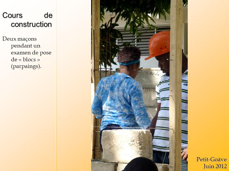 Cours de construction Deux maçons pendant un examen de pose de « blocs » (parpaings).Petit-Goâve Juin 2012