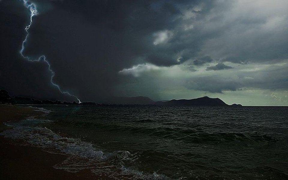 Toutes les mers du monde Remontent le temps A grands coups de marées. Les vagues lapent le temps, L'éternité nous guette. La Terre se tait sous sa car