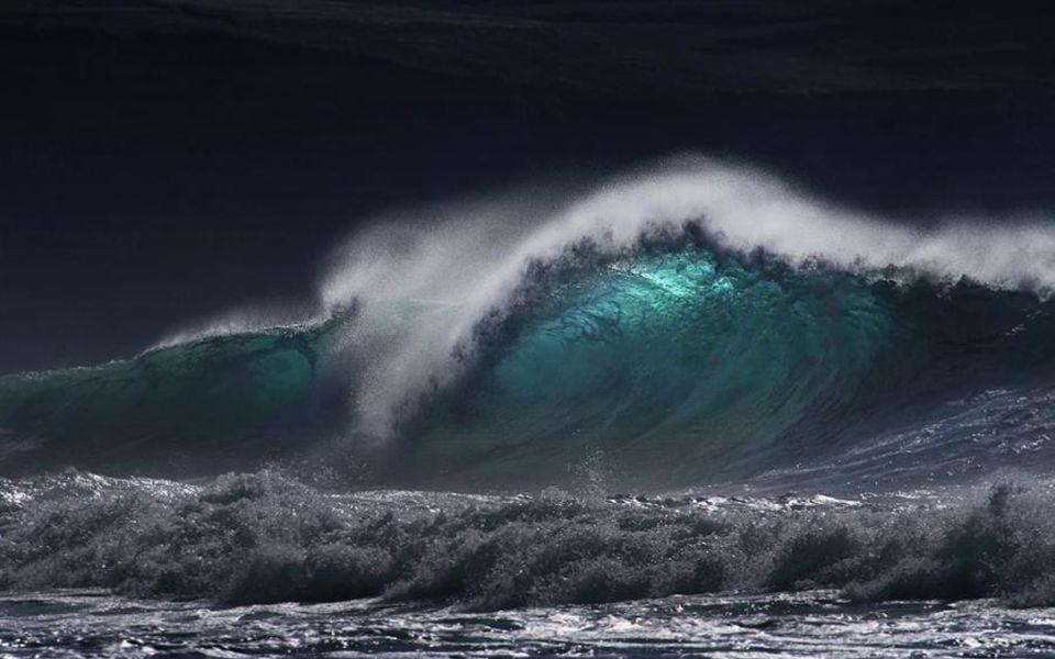 Toutes les mers du monde Chantent leur mélodie Tous les voiliers du monde Dansent comme des notes frêles Sur leur portée de vagues Les oiseaux sont des croches Qui sautillent, solfège grêle De notre ciel.