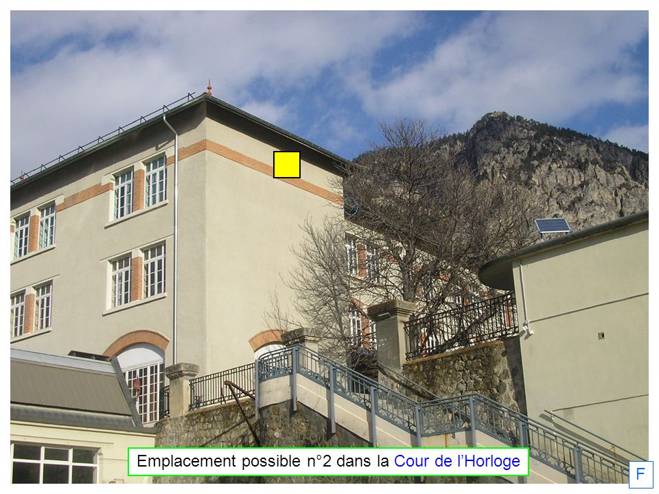 F Emplacement possible n°3 dans la Cour de lHorloge