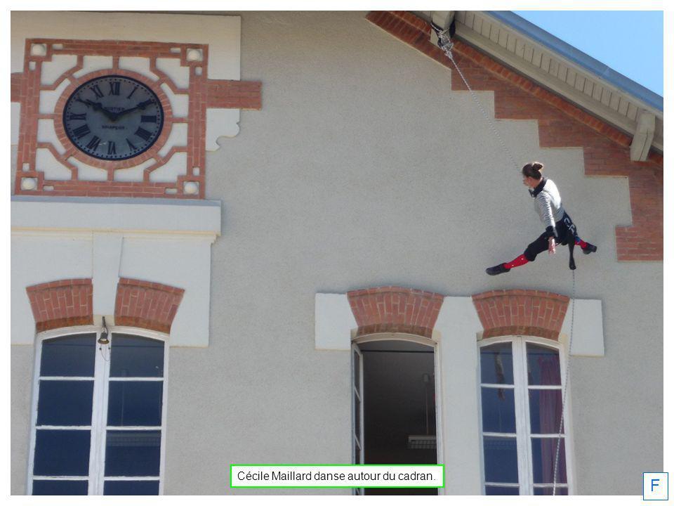 F Cécile Maillard danse autour du cadran.