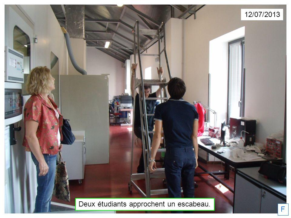 12/07/2013 Deux étudiants approchent un escabeau. F