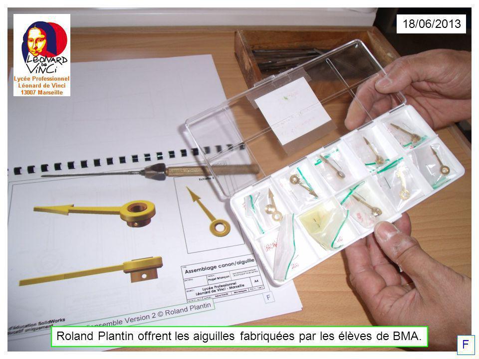 Roland Plantin offrent les aiguilles fabriquées par les élèves de BMA. F 18/06/2013