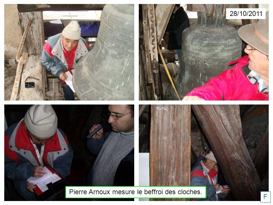 Pierre Arnoux mesure le beffroi des cloches. 28/10/2011 F