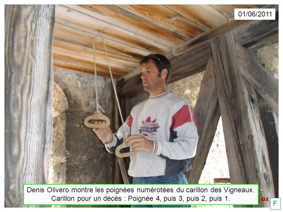 Denis Olivero montre les poignées numérotées du carillon des Vigneaux. Carillon pour un décès : Poignée 4, puis 3, puis 2, puis 1. F 01/06/2011
