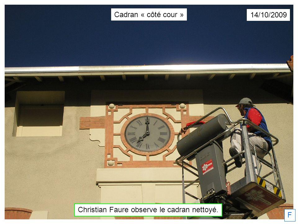 F 14/10/2009 Christian Faure observe le cadran nettoyé. Cadran « côté cour »