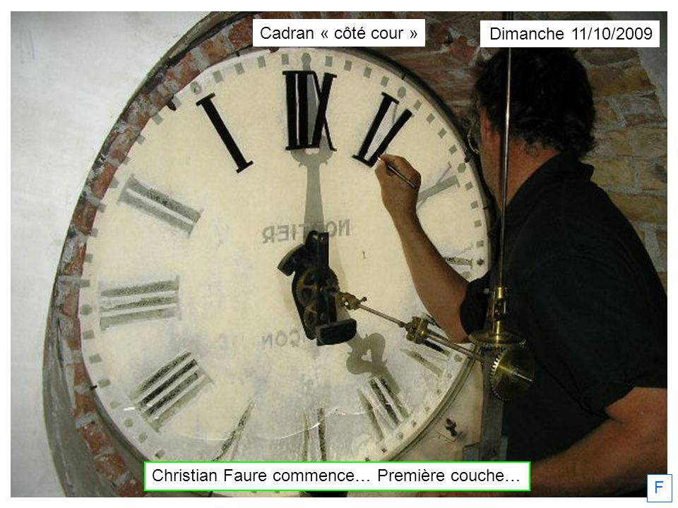 Dimanche 11/10/2009 F Christian Faure, peintre en lettres, fait la 1° couche. Cadran « côté cour »