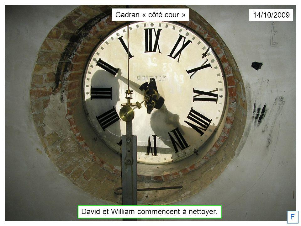 F 14/10/2009 David et William commencent à nettoyer. Cadran « côté cour »