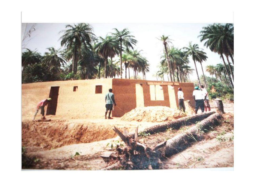 Les habitations d'Abéné et Bouné La longue et abondante saison des pluies caractérisant la Casamance a également influencé larchitecture et les matéri
