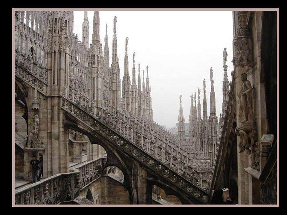 Les toits que lon observe sont accessibles au public et permettent une vue rapprochée de quelques sculptures de grande valeur. On peut observer à part