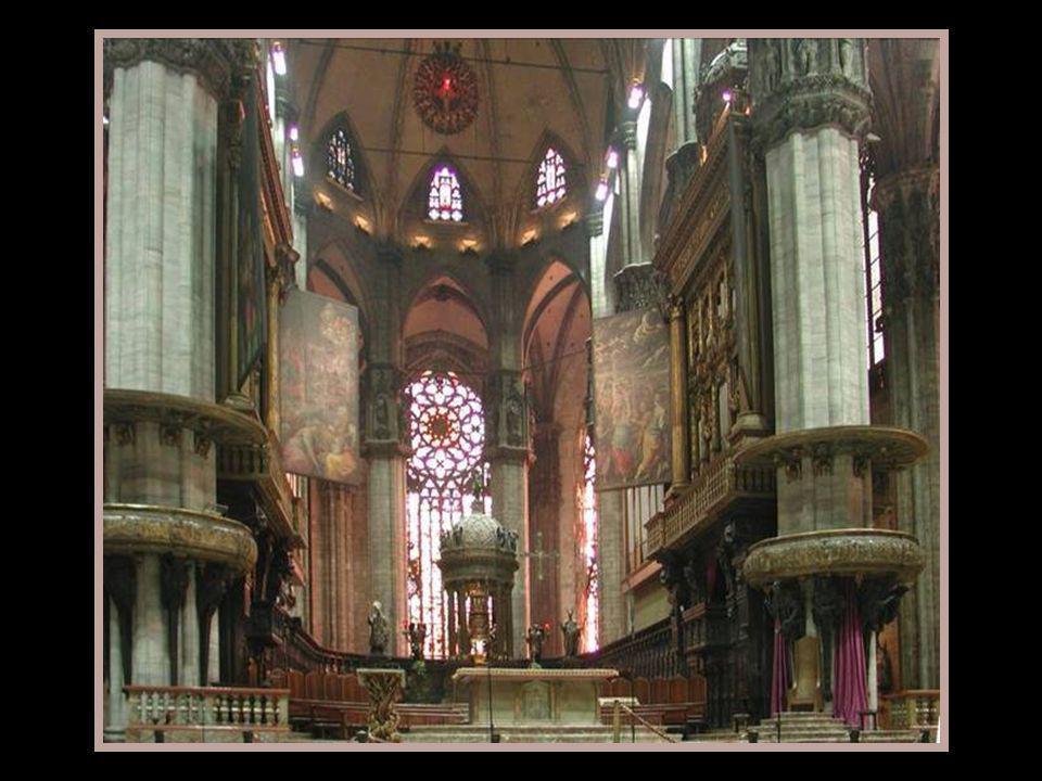 La cathédrale de Milan est un temple de grandes dimensions, de cinq nefs, une centrale et 2 sur chacun des côtés, avec au moins quarante colonnes répa
