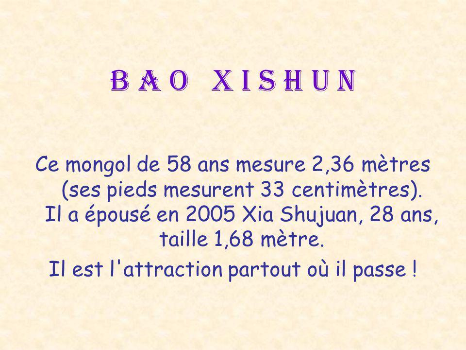 B a o X i s h u n Ce mongol de 58 ans mesure 2,36 mètres (ses pieds mesurent 33 centimètres).