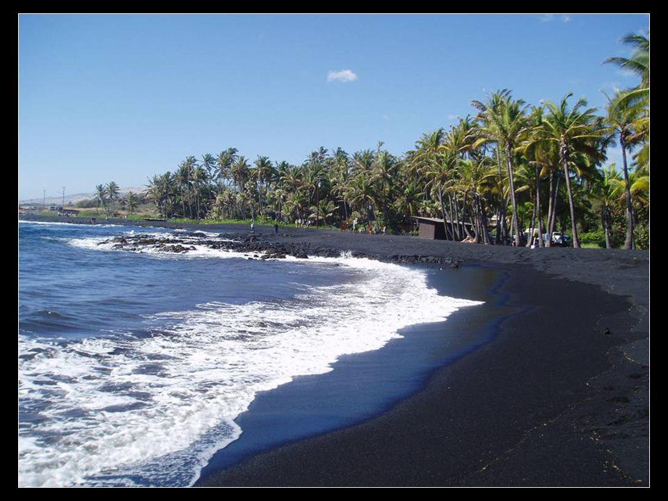 Sable de couleur noire, Punaluu Beach, à Hawaï.