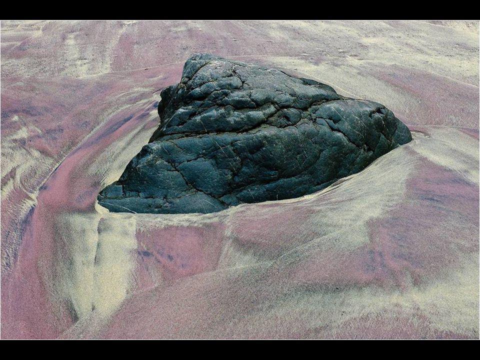 Sous l'action des vagues, les formes et les tournures de minuscules cristaux se changent et créent des reflets magnifiques, rouges, magenta et violets
