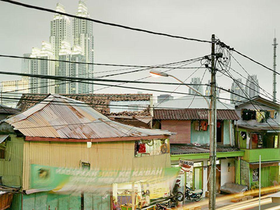 Peter Bialobrzeski a arpenté les villes surpeuplées d'Asie, des mégalopoles où le gigantisme a pris le dessus sur un environnement que l'Homme s'est a