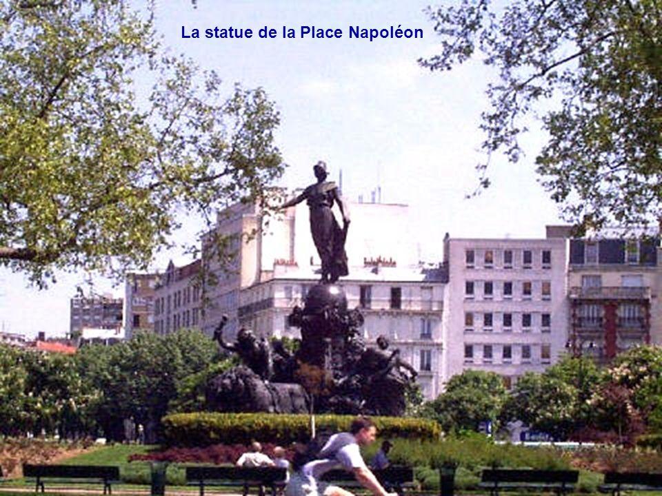 La statue de la Place Napoléon