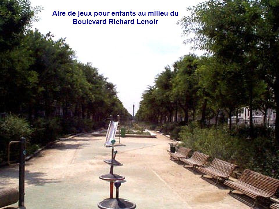 Aire de jeux pour enfants au milieu du Boulevard Richard Lenoir