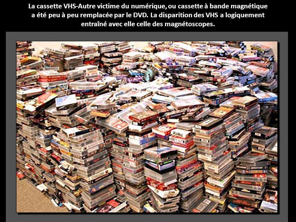 La cassette VHS-Autre victime du numérique, ou cassette à bande magnétique a été peu à peu remplacée par le DVD.