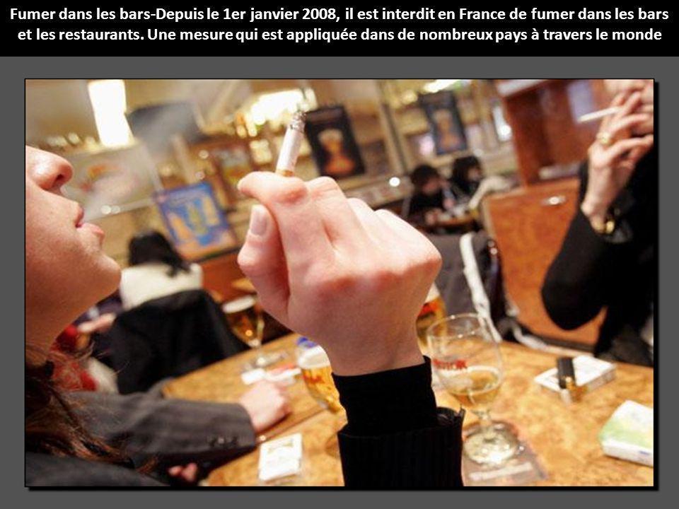Fumer dans les bars-Depuis le 1er janvier 2008, il est interdit en France de fumer dans les bars et les restaurants.