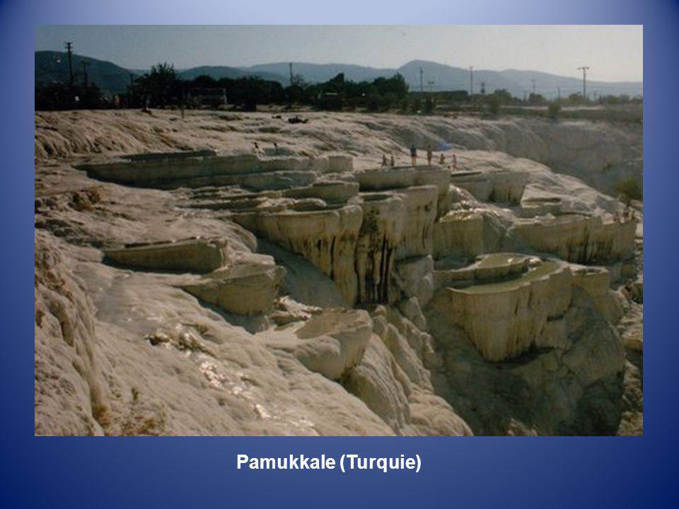 Pamukkale (Le château de Coton en Turc) Un des sites les plus étonnants de Turquie. Les sources chaudes chargées de calcaire dévalent la colline et lo