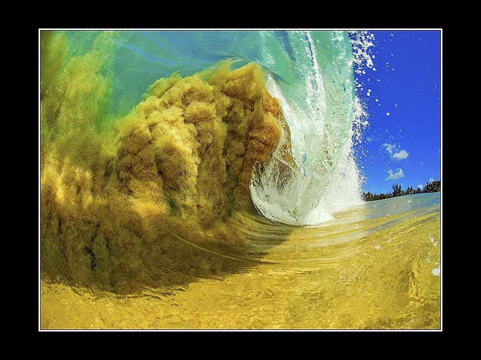 Clark Little, né à Hawaii, photographie des surfeurs et des vagues comme métier. À 40 ans, il a toujours la passion de capter ces moments magiques à l