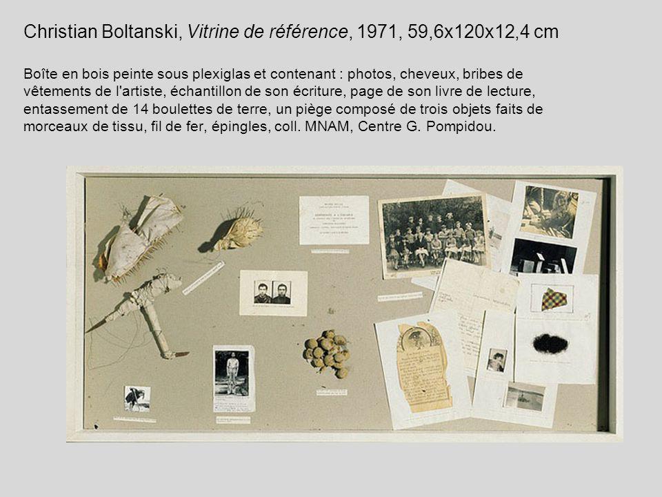 Christian Boltanski, Vitrine de référence, 1971, 59,6x120x12,4 cm Boîte en bois peinte sous plexiglas et contenant : photos, cheveux, bribes de vêteme