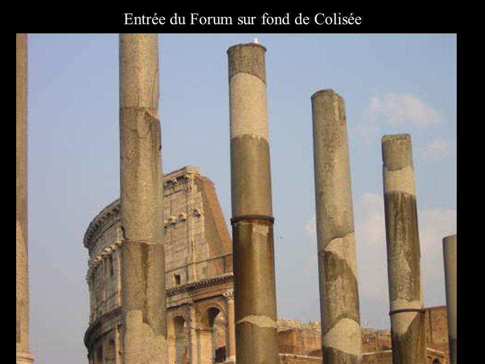 Entrée du Forum sur fond de Colisée