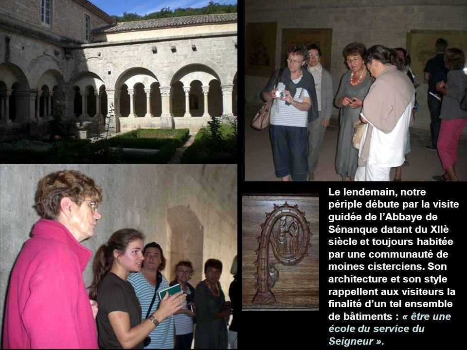 Le lendemain, notre périple débute par la visite guidée de lAbbaye de Sénanque datant du XIIè siècle et toujours habitée par une communauté de moines cisterciens.