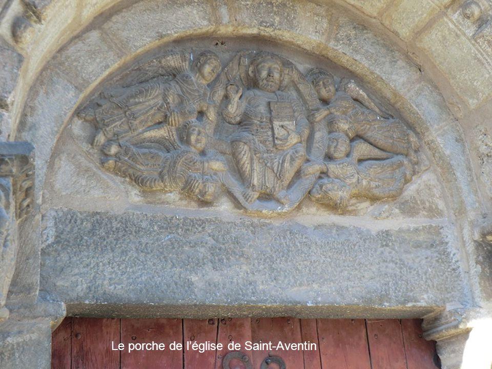 Le porche de léglise de Saint-Aventin