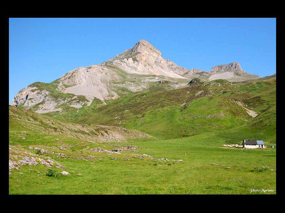 . Trois vallées secondaires se détachent de la vallée principale qui conduit en Espagne: Celle du Valentin, de Bious et de Soussouéou...