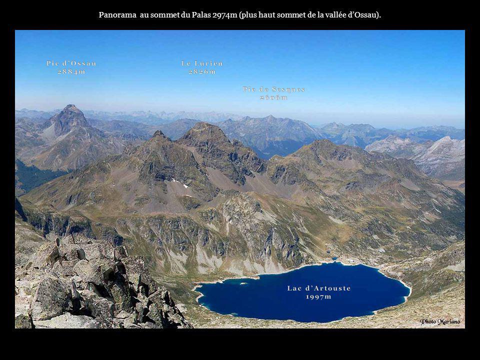 . Panorama vers la plaine de Pau depuis le sommet du pic du midi dOssau (2884m)..