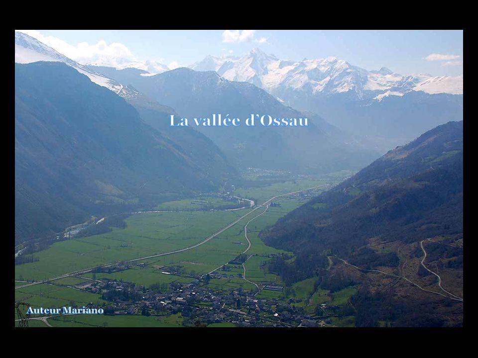 .... Panorama vers le lac et refuge dAyous depuis le col de Peyreget (2314m).