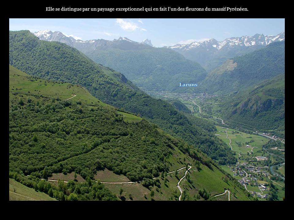 . Surnommé le Jean-Pierre, le pic du Midi d'Ossau (2884m), attire tous les regards depuis la plaine..