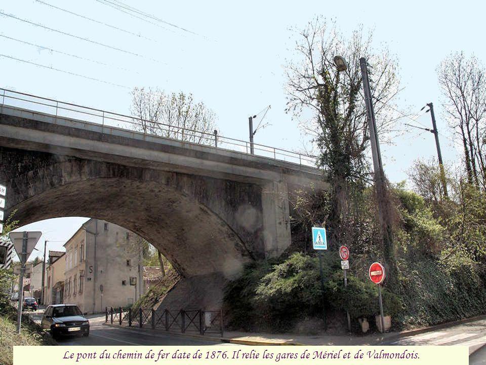 Le pont du chemin de fer date de 1876. Il relie les gares de Mériel et de Valmondois.