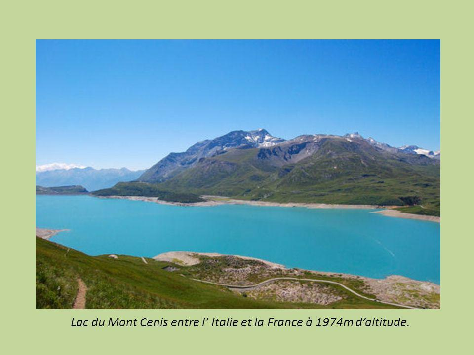Réserve Naturelle de la vallée d Eyne dans les Pyrénées Orientales accessible à pied pour voir : menhirs, dolmens et Prats de Molo la Preste, son pont, fort, maisons.