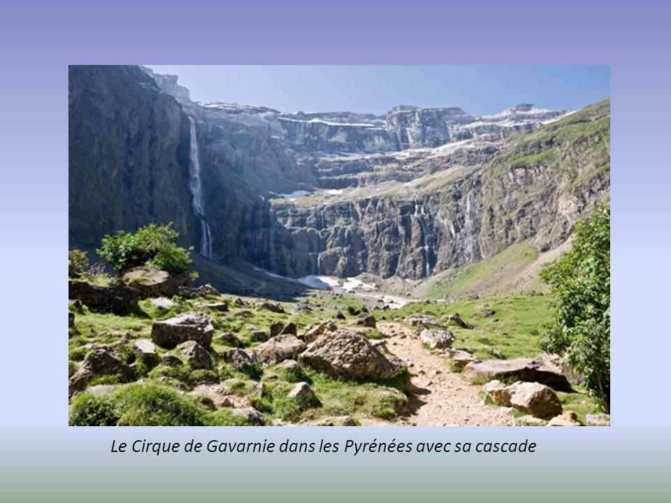 Le Cirque de Gavarnie dans les Pyrénées avec sa cascade