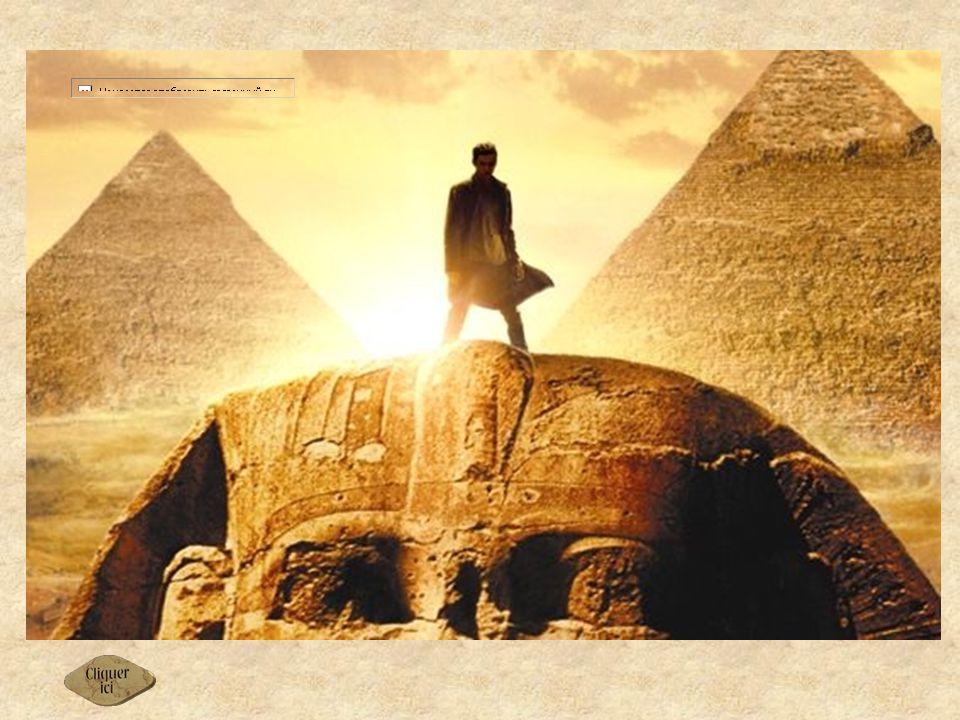 Le mystère du Sphinx de Gizeh Le sphinx de Gizeh est la statue thérianthrope qui se dresse devant les grandes pyramides du plateau de Gizeh, en amont du delta du Nil, dans la Basse-Égypte.