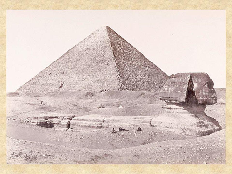 Après sa construction, plusieurs siècle plus tard il sera entièrement enfoui sous le sable du désert, seul la tête dépassait du sable… Un autre Pharaon Thoutmosis IV quand il était encore prince eut la vision en rêve du Sphinx lui demandant de lextraire du sable, et que si il le faisait il deviendrait roi.