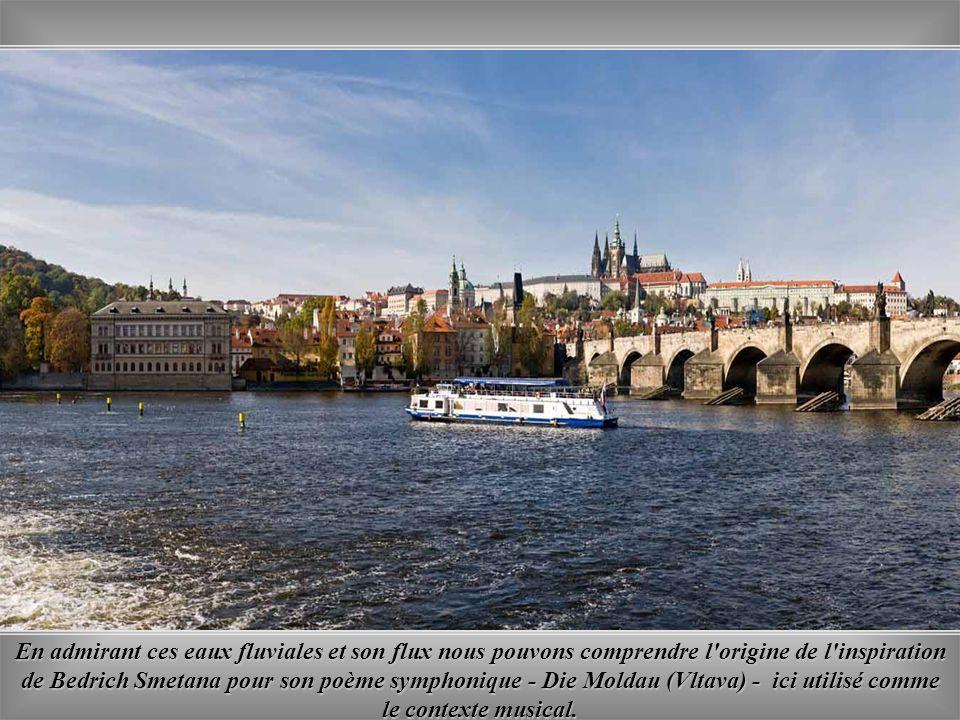 La beauté de cette merveilleuse ville est soulignée par le cours Vltava avec ses jolis ponts centenaires.