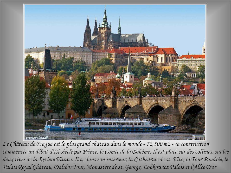 Le Château de Prague est le plus grand château dans le monde - 72,500 m2 - sa construction commencée au début d IX siècle par Prince, le Comte de la Bohême.