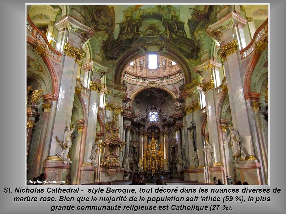 St. Nicolas Cathédrale - où on peut voir que Prague est une fête pour les touristes et la tradition tchèque révèle un mélange de joie de vie avec l'ar