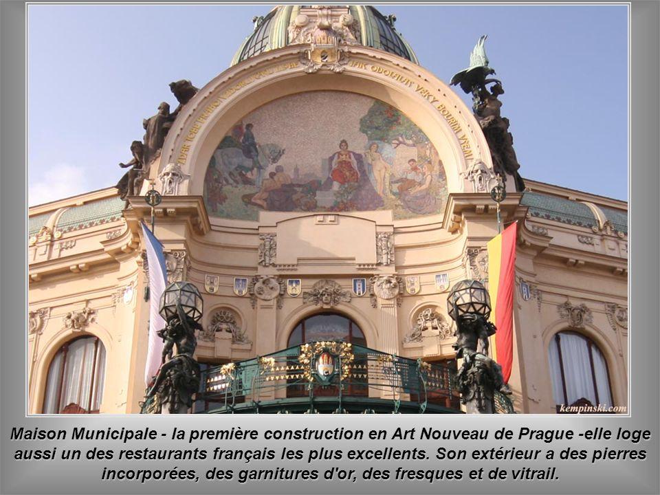 Dans la Maison Municipale - lieu de la proclamation d'indépendance de la Tchécoslovaquie le 28 octobre 1918 - loge la Salle de concert Smetana, le plu