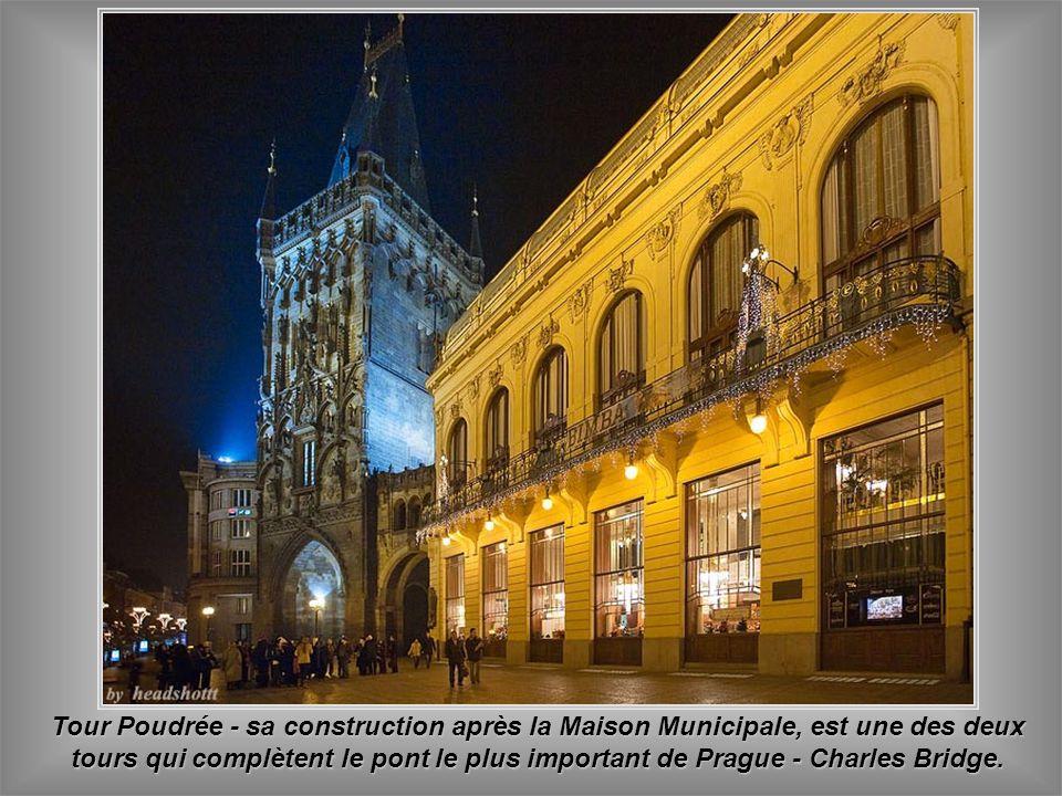 Maison Municipale - la première construction en Art Nouveau de Prague -elle loge aussi un des restaurants français les plus excellents. Son extérieur