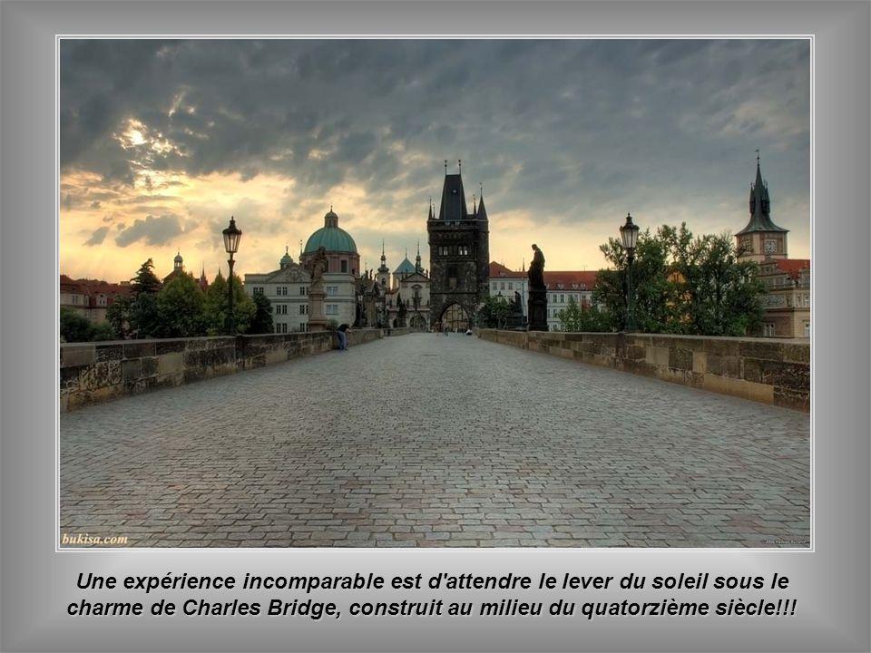 Tour Poudrée - sa construction après la Maison Municipale, est une des deux tours qui complètent le pont le plus important de Prague - Charles Bridge.